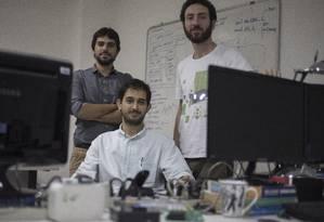 Jovens da startup GreenAnt desenvolveram aparelho novo a partir da inteligencia artificial. Rafael Guimaraes (esq.), Pedro Bittencourt (sentado) e Caio Mehlem no laboratorio da PUC na Gavea Foto: Julio Cesar Guimaraes / Agência O Globo