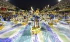 Turismo. Desfile da Portela no Carnaval deste ano: festa trouxe 1,1 milhão de turistas para o Rio e injetou mais de R$ 3 bilhões na economia do município Foto: Fábio Rossi / Agência O Globo