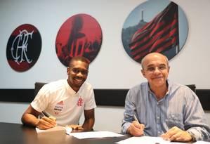 Juan assina no novo contrato ao lado do presidente Eduardo Bandeira de Mello Foto: Gilvan de Souza