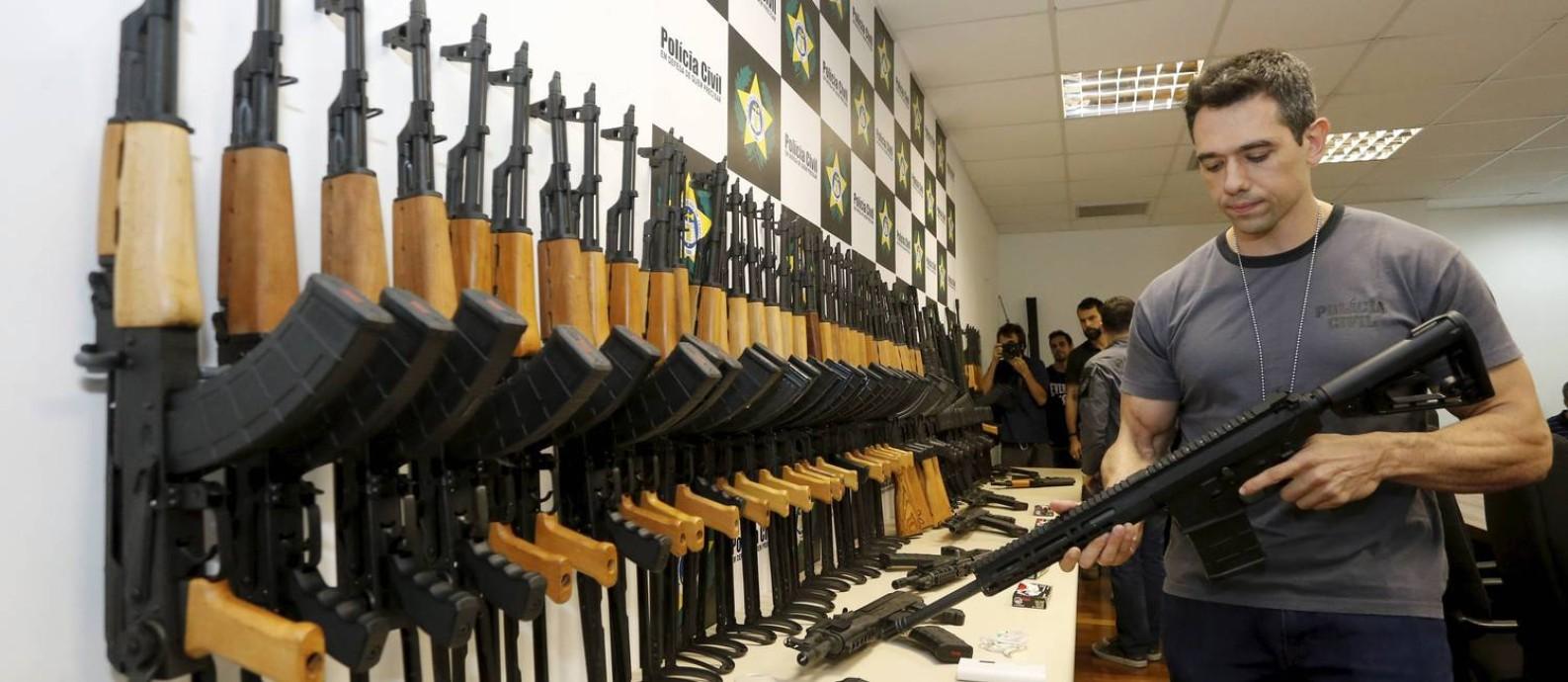 Carga oculta. Em junho, foram apreendidos 60 fuzis escondidos em aquecedores de piscina no Aeroporto do Galeão Foto: Domingos Peixoto/01-06-2017