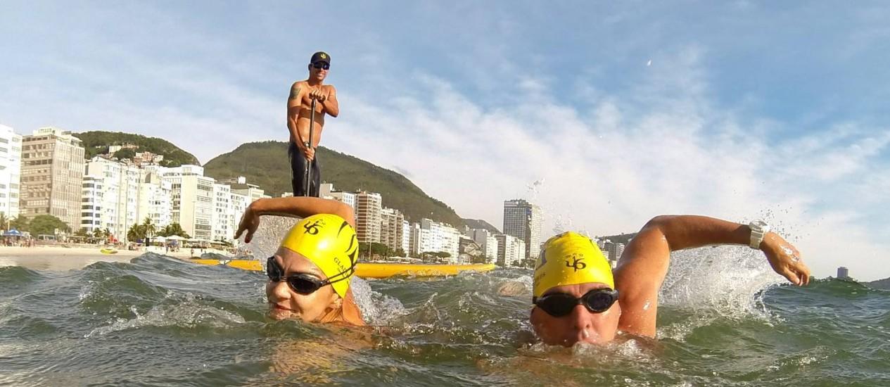 Luiz Lima, de stand up paddle, orienta os treinos de Pedro Alqueres e Juliana Trindade Foto: Custódio Coimbra / Custódio Coimbra/Agência O Globo
