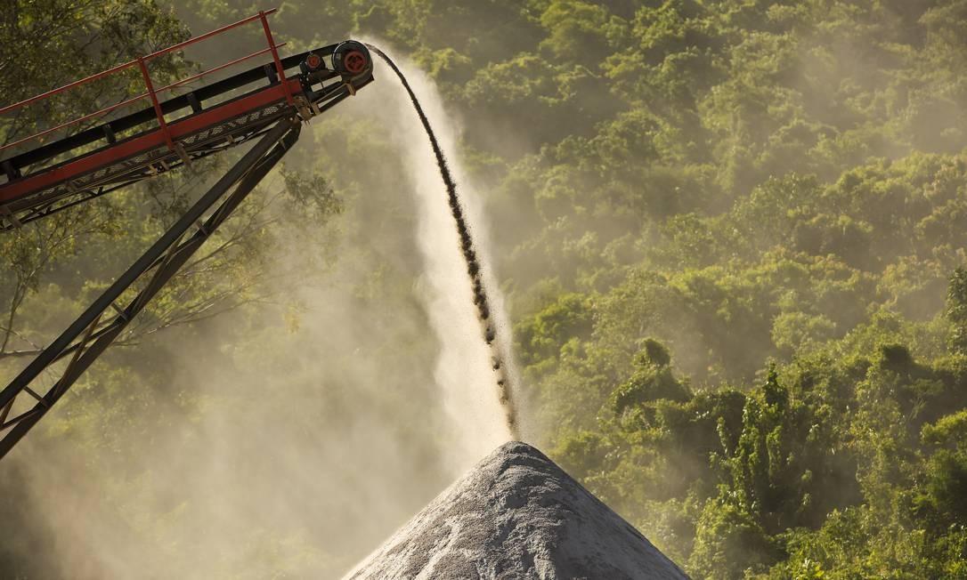 Monte de brita formado por pedras extraídas do túnel: irregularidades na compra do material Foto: Guilherme Leporace / Agência O Globo