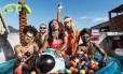 Festa na laje: Heavy Baile e Tati Quebra Barraco & Lia CLark Foto: Vincent Rosenblatt