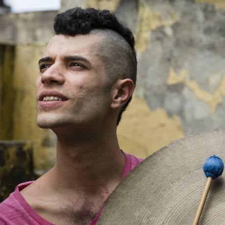 Lourenço Vasconcellos: baterista de 29 anos se destaca em bandas como Relógio de Dali, Letrux e Taranta Foto: Fernando Lemos / Agência O Globo