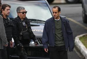 Conduzido pelo agente Newton Ishii, o japonês da Federal, o empreiteiro Marcelo Odebrecht chega à cadeia, há dois anos e meio Foto: Geraldo Bubniak / Agência O Globo 25-07-2015