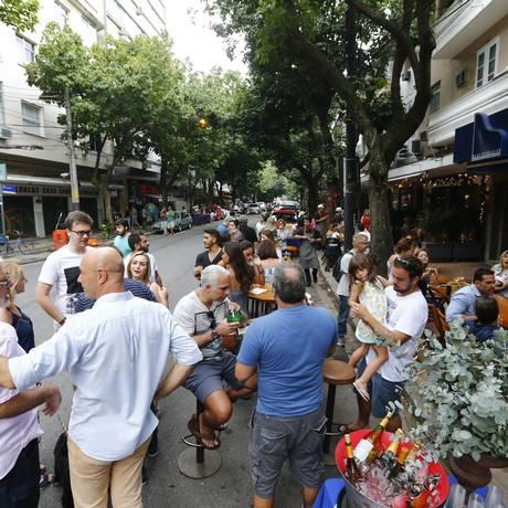 O evento atraiu centenas de moradores e turistas que ocuparam as calçadas Foto: Agência O Globo