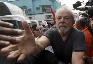 Lula cumprimenta moradores de Nova Iguaçu, cidade que já foi governada por Lindbergh Farias Foto: Gabriel de Paiva / Agência O Globo
