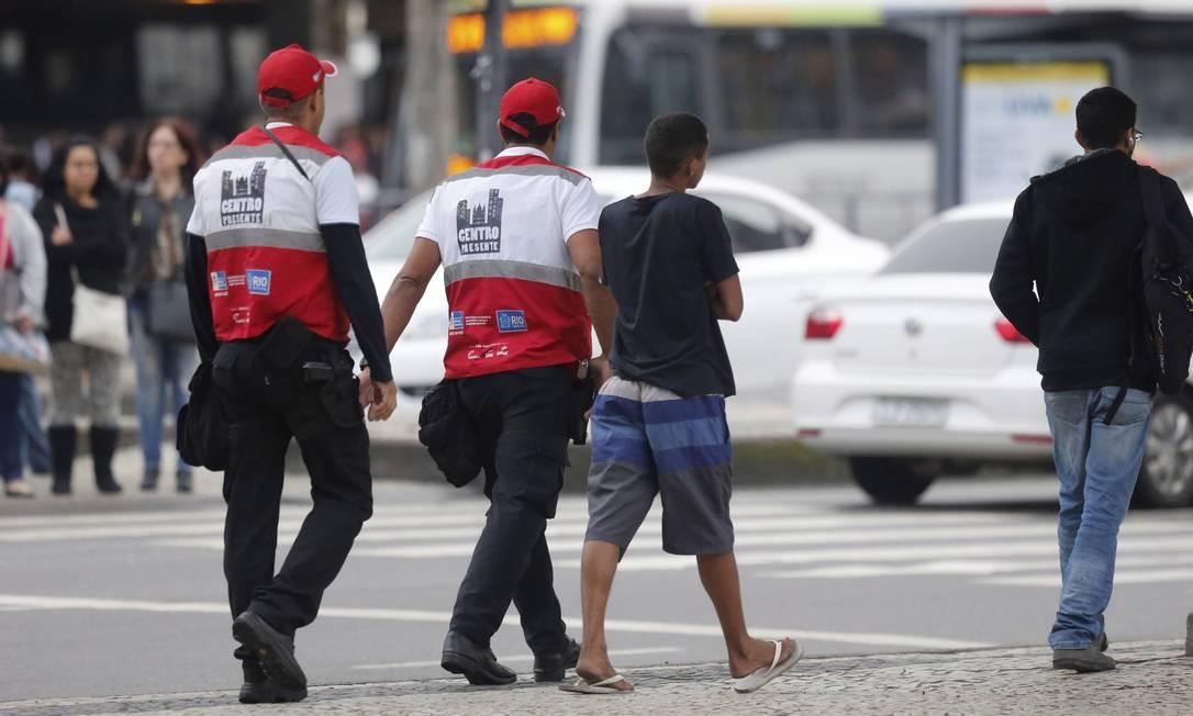 Policiais da Operação Centro Presente revistam menor suspeito de realizar roubo na Avenida Presidente Vargas, em julho. Foto Domingos Peixoto / Agência o Globo Foto: Domingos Peixoto / Agência O Globo