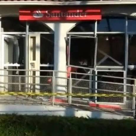 Os bandidos explodiram três caixas eletrônicos e o cofre da agência bancária Foto: Reprodução/OTT