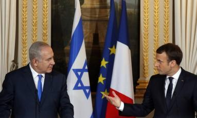 O presidente da França, Emmanuel Macron (à direita), e o primeio-ministro de Israel, Benjamin Netanyahu (à esquerda), em coletiva de imprensa, em Paris Foto: Philippe Wojazer / AP