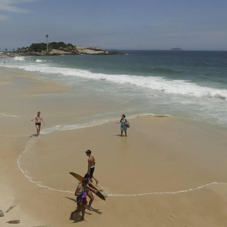 Praia do Arpoador registrou número baixo de banhistas Foto: Gabriel de Paiva / Agência O Globo