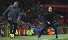 Jose Mourinho e Pep Guardiola durante o clássico entre Manchester United e Manchester City Foto: Dave Thompson / AP