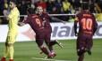 Suárez corre para comemorar seu gol na vitória do Barcelona sobre o Villarreal Foto: Alberto Saiz / AP