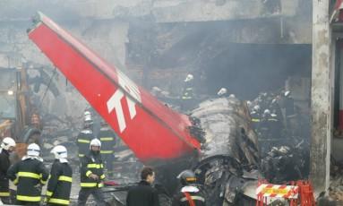 Tragédia. Bombeiros trabalham no local do acidente, que deixou 199 mortos Foto: Odival Reis / Diário de São paulo/odival reis/18-7-2007