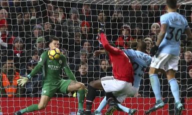 Éderson fez uma defesa impressionante, que garantiu a vitória do Manchester City sobre o Manchester United Foto: Dave Thompson / AP
