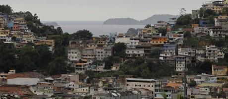 O município de Angra dos Reis, na Costa Verde, tem, segundo o último censo do IBGE, 34,2% de seus domicílios situados em favelas: homens armados estão dentro de um número cada vez maior de comunidades Foto: Agência O Globo / Pedro Teixeira