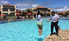 Instrutor orienta hóspede a atravessar corda sobre piscina de resort em Búzios, no fim de semana: à moda do Bope Foto: Carina Bacelar / Agência O Globo