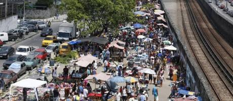 A feira ao lado da linha do trem: produtos sem nota e mais baratos do que no comércio Foto: Pablo Jacob / Agência O Globo