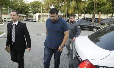 Artur Mahmoud chega à Cidade da Polícia Foto: Gabriel Paiva / Agência O Globo
