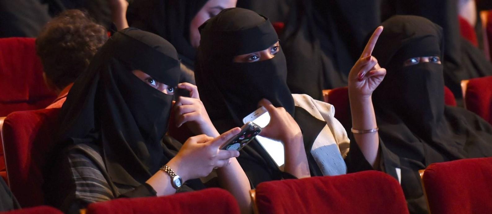 Sauditas participam de sessão no Centro de Cultura do Rei Fahad, em Riad Foto: FAYEZ NURELDINE / AFP