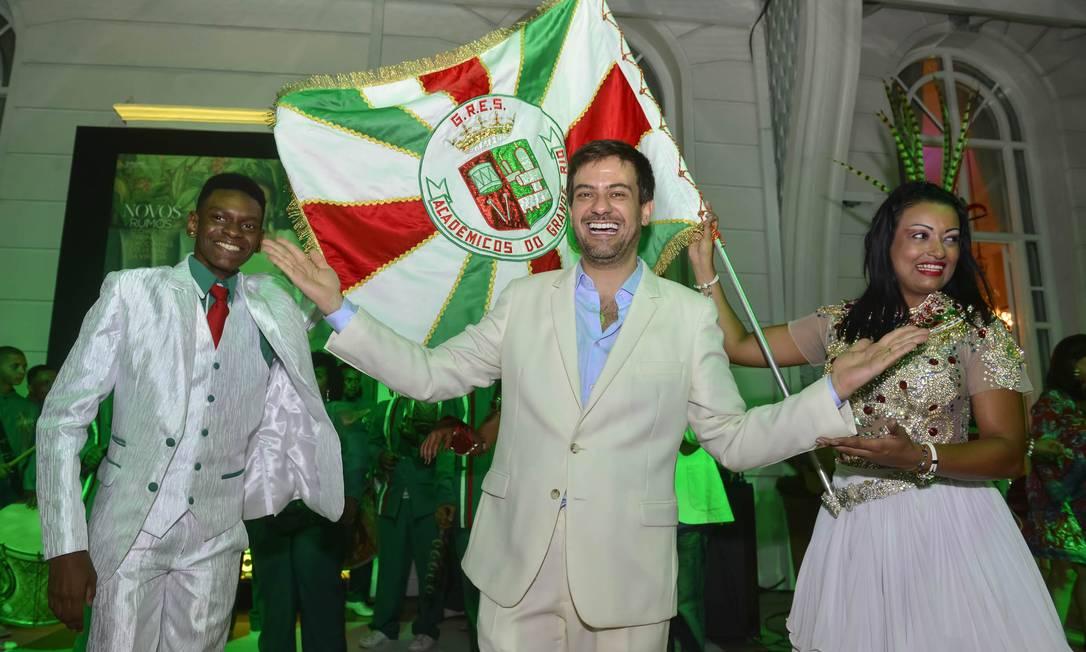 Bruno Astuto com o casal de mestre-sala e porta-bandeira da Grande Rio Foto: Fabio Cordeiro