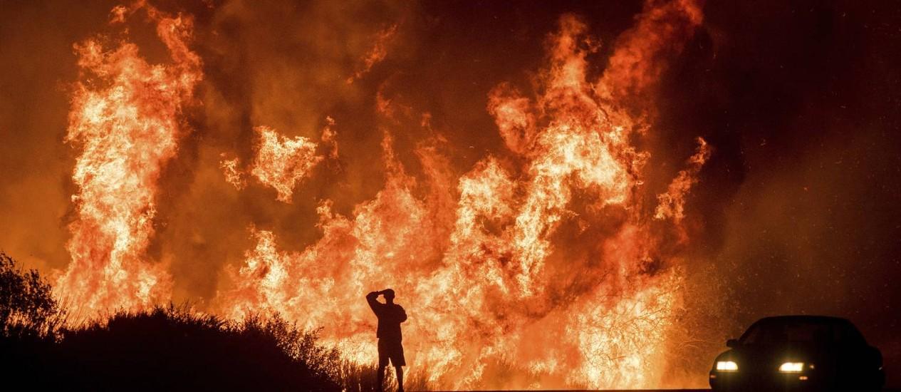 Um motorista observa os incêndios na Califórnia Foto: Noah Berger / AP