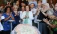 Colegas e admiradores no velório da atriz Eva Todor, no Teatro Municipal Foto: Fabiano Rocha / O Globo