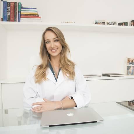 A cirurgiã plástica Hazel Fischdick costuma receber pacientes de fora: reputação e moeda são atrativos Foto: Divulgação