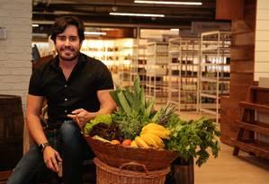 Augusto Amorim no primeiro espaço do Organomix, um complexo gastronômico saudável Foto: Brenno Carvalho / Agência O Globo