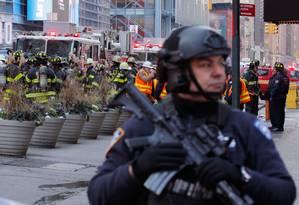 Policiais e bombeiros trabalham na cena da explosão em Nova York Foto: LUCAS JACKSON / REUTERS