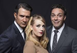 Marcos Pasquim (à esquerda), Malu Rodrigues e Marcelo de Médici são os protagonistas da peça Foto: Leo Aversa / Divulgação