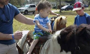 O menino americano Cameron quase morreu quando era bebê por conta da atrofia muscular espinhal, mas agora toma o primeiro remédio para tratar a doença e responde bem ao tratamento Foto: Reprodução/27-12-2016