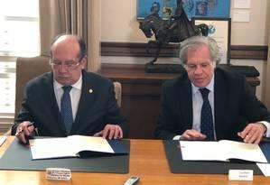 O presidente do TSE, Gilmar Mendes, e o secretário-geral da OEA, Luiz Almagro Foto: Henrique Gomes Batista Agência O GLOBO