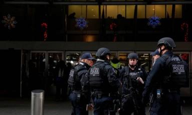 Policiais antiterror se reúnem do lado de fora de terminal rodoviário atingido por bomba Foto: ANDREW KELLY / REUTERS