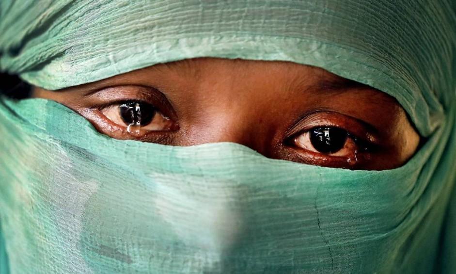F, 22, estuprada por membros das forças armadas de Mianmar em junho e novamente em setembro, é fotografada em sua barraca no campo de refugiados de Kutupalong, em Bangladesh Foto: Wong Maye-E / AP