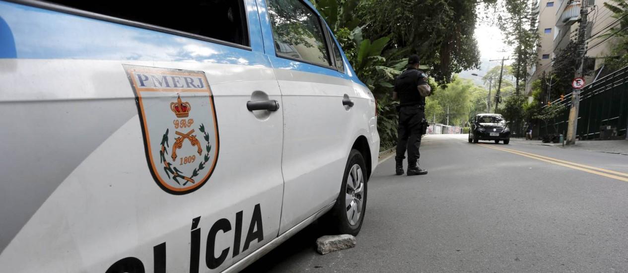 Carro da PM parou devido a problemas mecânicos Foto: Domingos Peixoto / Agência O Globo