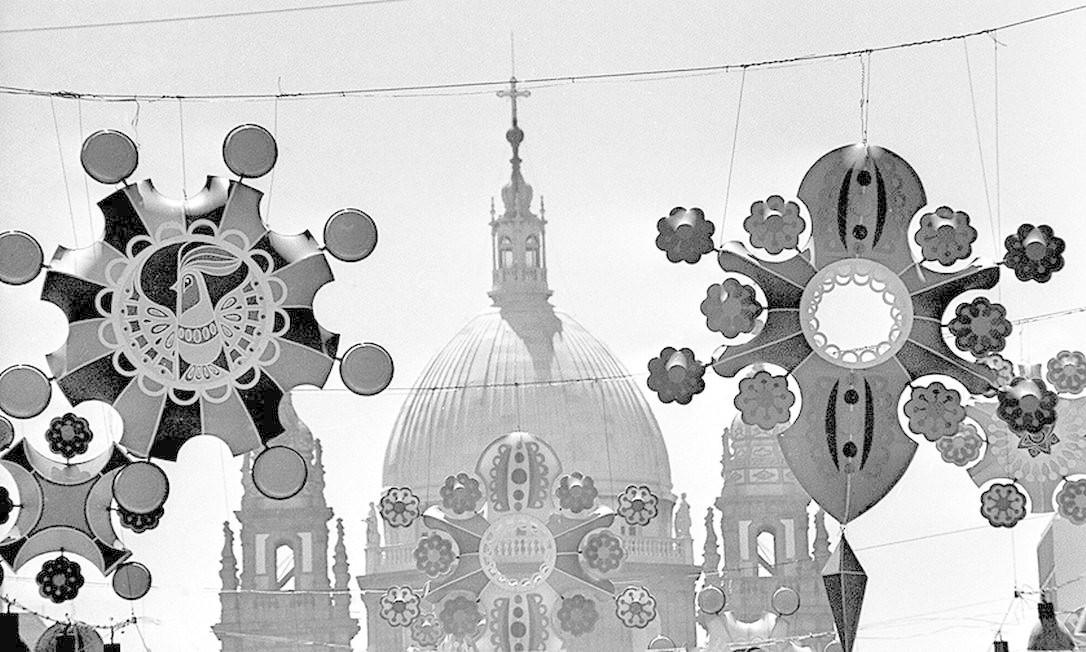 Ornamentação da Cidade: decoração da Avenida Presidente Vargas, com a Igreja da Candelária ao fundo, no carnaval de 1973 Foto: Aníbal Philot / Agência O Globo