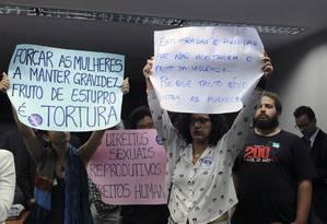 Manifestantes erguem cartazes contra a 'PEC do aborto' em comissão especial na Câmara dos Deputados Foto: LUIS MACEDO / Agência O Globo