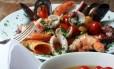 Dieta mediterrânea é rica em frutos do mar, vegetais e azeite