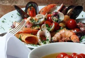 Dieta mediterrânea é rica em frutos do mar, vegetais e azeite Foto: Ana Branco / ARQUIVO
