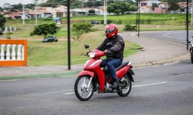 A versão 110 aposta no visual clássico, com as rodas raiadas e painel analógico Foto: Foto: Divulgação