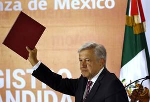 O candidato à Presidência do México Andres Manuel López Obrador formaliza intenção de concorrer às eleições na Cidade do México Foto: Marco Ugarte / AP