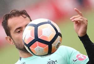 Everton Ribeiro domina a bola no último treino do Flamengo no ano Foto: Gilvan de Souza