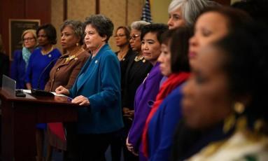 Deputada Lois Frankel (no pódio, de azul) é acompanhada por colegas de Congresso em coletiva pedindo investigação contra Trump Foto: ALEX WONG / AFP