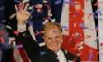 O candidato democrata ao Senado pelo estado do Alabama, Doug Jones, acena para apoiadores em Birmingham, após sua vitória Foto: MARVIN GENTRY / REUTERS