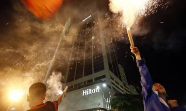Torcedores disparam os artefatos em frente ao hotel, em Copacabana Foto: Marcos de Paula / Agência O Globo