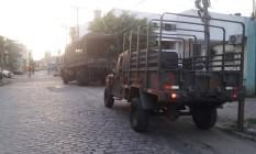 Equipes do Exército no entorno do Complexo da Maré Foto: Rafael Nascimento / Agência O Globo