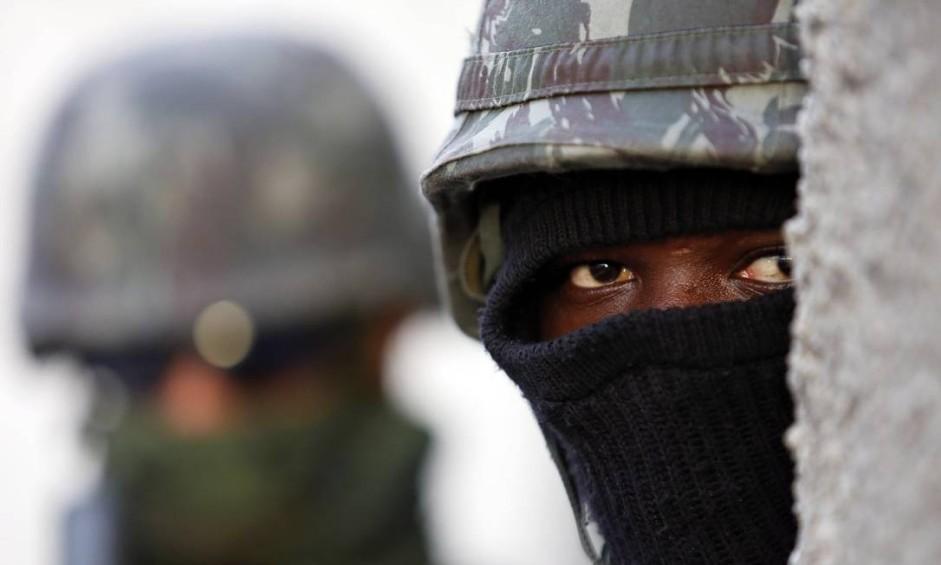 Militares do Exército fazem operacao no Complexo da Maré Foto: Marcos de Paula / Agência O Globo