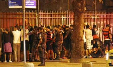 Torcedores são revistados após tumulto em Copacabana Foto: Marcos de Paula / Agência O Globo