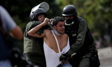 Venezuelano é detido durante protesto contra o presidente Nicolas Maduro em Caracas Foto: UESLEI MARCELINO / REUTERS